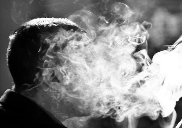 Verslaving kennen we allemaal in meer of mindere mate. Er zijn ernstige vormen van verslaving waarin we verslaafd zijn aan een drug zoals alcohol, heroïne, speed, cocaïne, etc. Maar er zijn ook mildere vormen waarbij we verslaafd zijn aan bepaalde denkpatronen, gedragspatronen of een bepaalde hang naar een emotionele staat van zijn: onze comfort zone. Hoe zwaar de verslaving ook is, het komt er steeds op neer dat je iets niet kunt laten en je je er van afhankelijk maakt. Je kunt gewoon niet meer zonder. Hoe komt het nou dat we zo moeilijk van onze verslaving afkomen? Hoe komt het nou dat juist als we ons best doen, het vaak alleen maar erger wordt? Het is alsof we tegen een deur duwen, die bij elke krachtsinspanning alleen maar dikker wordt en steviger in zijn slot zit. Misschien pakken we onze strijd tegen onze verslaving wel verkeerd aan? Misschien bestrijden we het verkeerde? Of ligt het eraan dat ons strijden juist de oorzaak is van de verslaving?